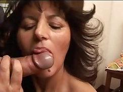 Casalinga mamma matura italiana fa pompino cazzone italian mature blowjob mom