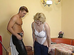 Beauty ingalaally sucks dick back and forth